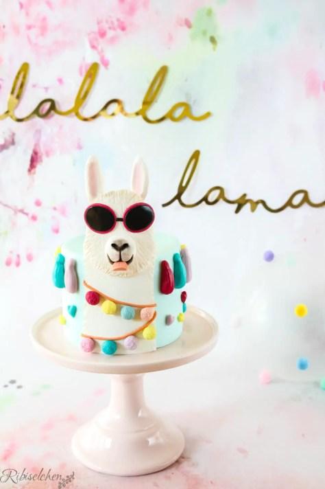 Lama Torte auf Tortenplatte