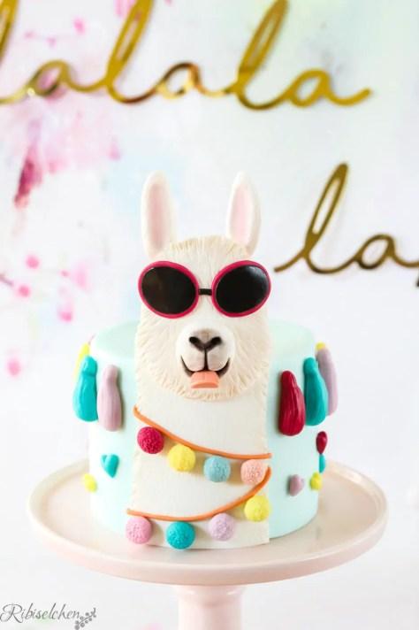 fertige Lama Torte auf einer Tortenplatte