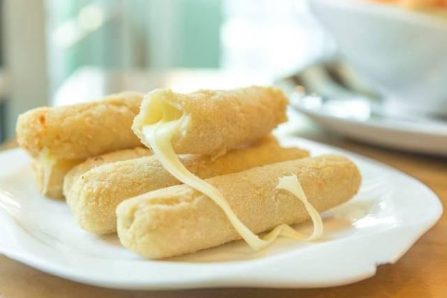 bastoncini di mozzarella fritti