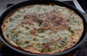 focaccia in padella ripiena di broccoli e salsicciafocaccia in padella ripiena di broccoli e salsiccia