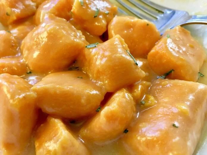Gnocchi di farina di ceci con taccole e pomodorini gialli