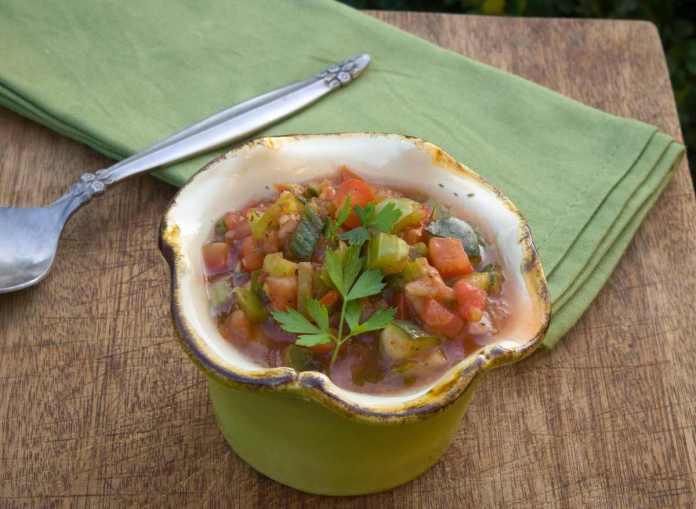 Minestra estiva con zucchine patate e pomodori