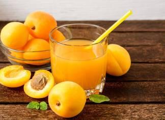 Succo di frutta alle albicocche preparato in casa