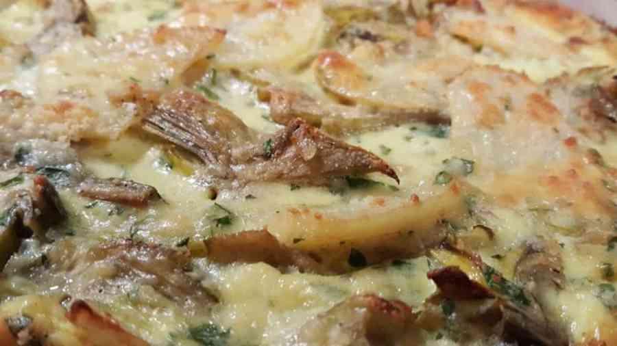 Patate con carciofi e speck al forno