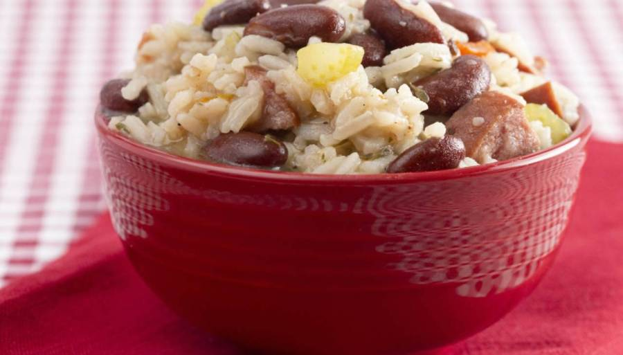 Piatto unico di riso con legumi e carne
