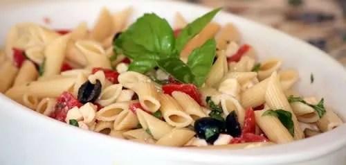 Penne fredde pomodoro, mozzarela e olive nere