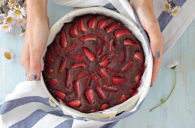 torta-fragole-cioccolato-senza-burro-uova-glutine