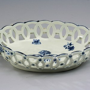 ANTIQUE WORCESTER PORCELAIN BASKET WITH GILLYFLOWER PATTERN