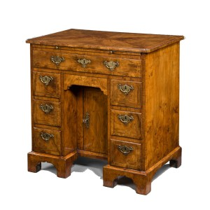 ANTIQUE GEORGE I WALNUT KNEEHOLE DESK