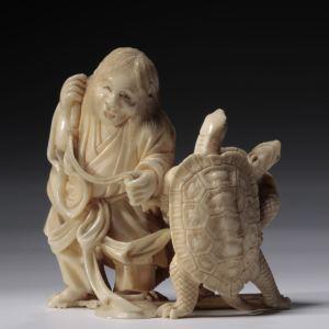 JAPANESE IVORY OKIMONO OF A MAN AND TURTLES