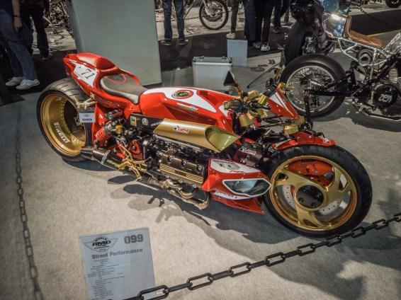 Този странен хибрид между стар Honda Goldwing (все още с H4 двигателя) и Yamaha GTS1000 (с емблематичния си моношарнир ОТПРЕД) определено се отличавапе