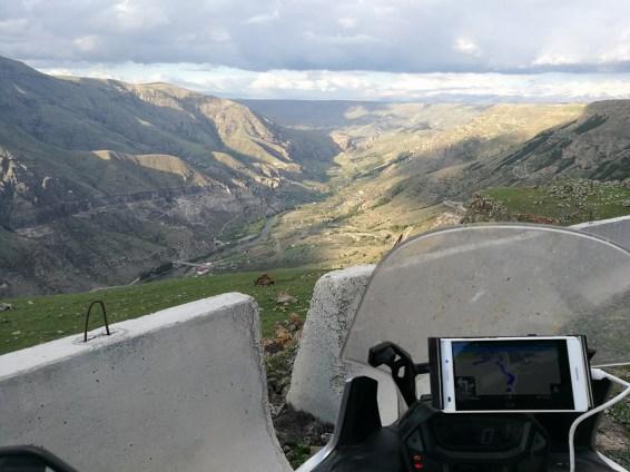 Пътя ни свали до дъното на долината (снимка: Димитър Камбарев)