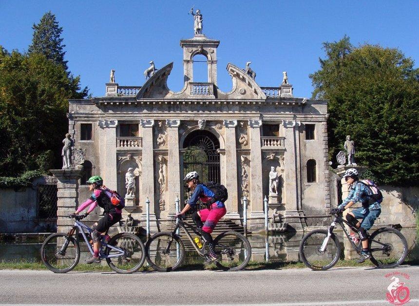 ragazze in bici sui colli euganei