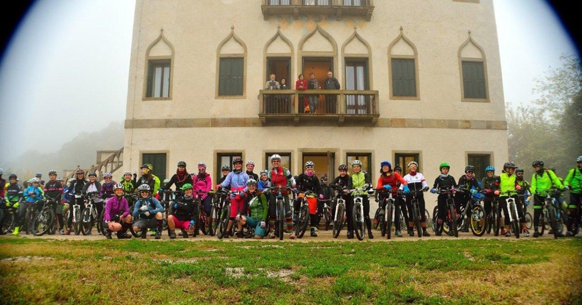 Il gruppo di ragazze in mountain bike a Villa Draghi durante la pedalata Ride Like a Girl