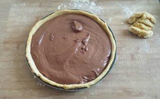 versare la mousse di cioccolato fondente nella teglia con l'impasto