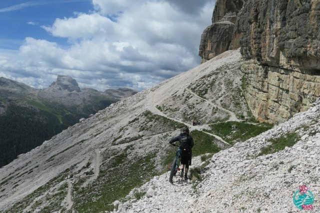cortina in mountain bike segnavia 404 tratto a spinta