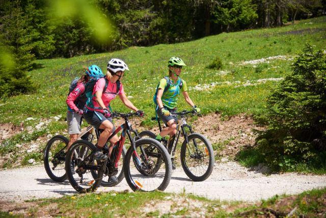 Sara Taiocchi in bici in Val di Fassa per Girlstories