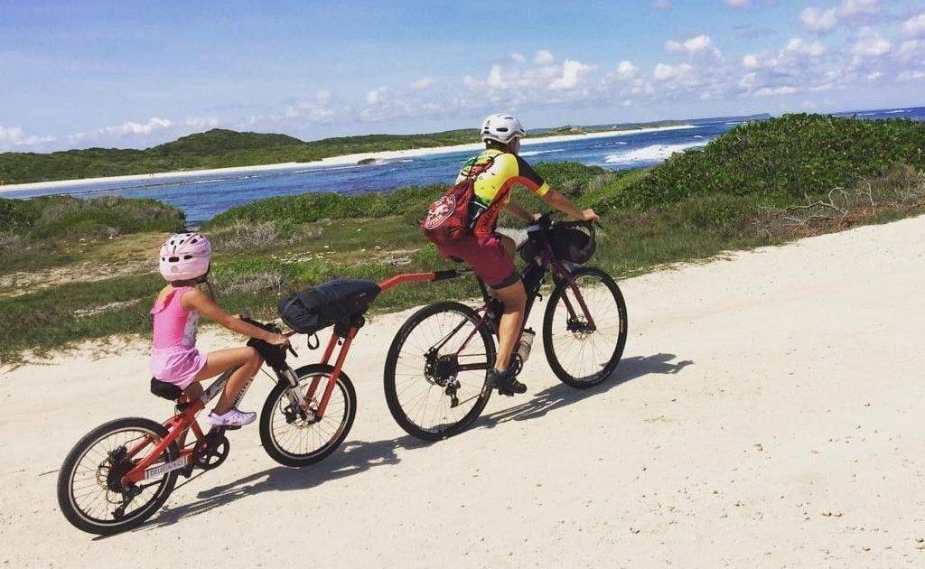 cicloturismo con i bambini Serena Cugno traina la figlia con il cammellino