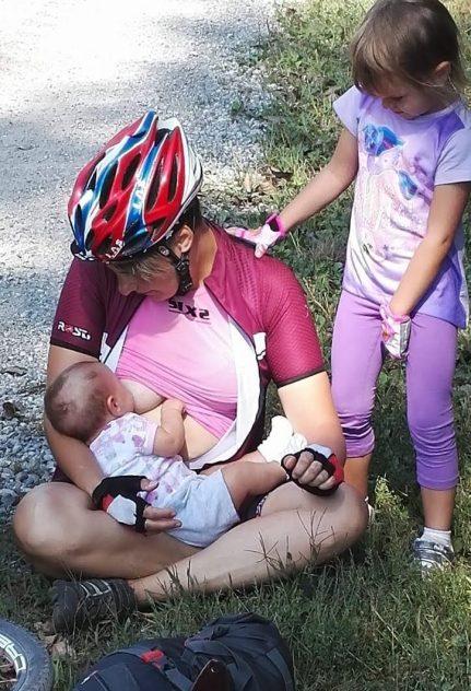 mamma che allatta durante un viaggio in bici
