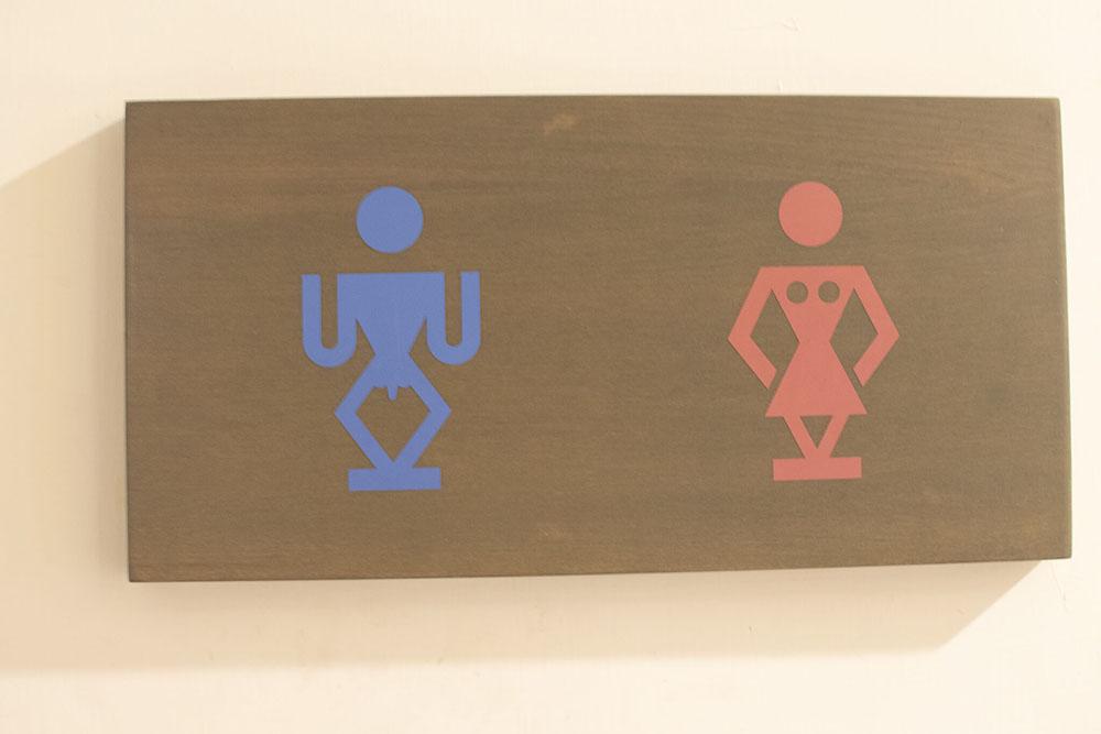 原住民風のトイレ標識