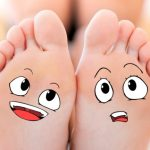 piedi che si parlano