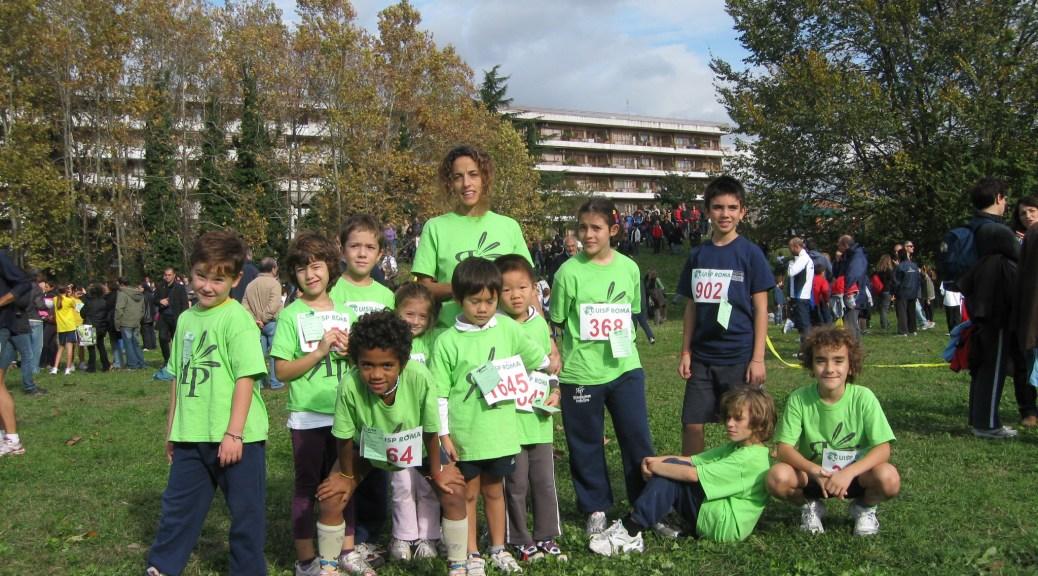 Un gruppo dei piccoli corridori che hanno partecipato alla gara con l'istruttrice Eleonora