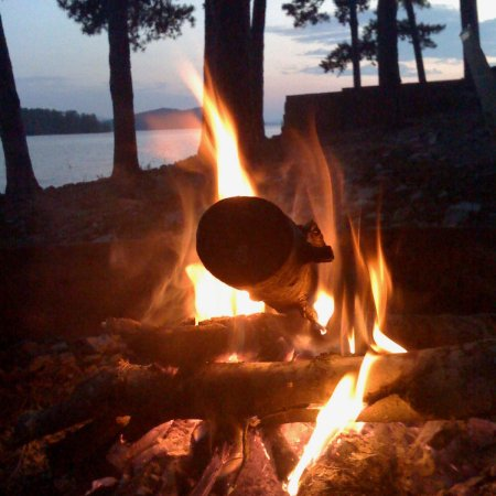 Fall bonfire guide. How to be safe, dress up s'mores, and how to make a fall-flavored fun drink, for a super rad time on the lakeshore or anywhere else.