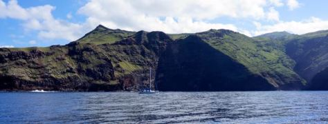 Manatai sailing along the south coast of Nuku Hiva, on our way to Taiohae.