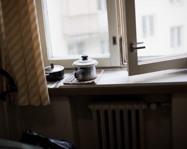 """20100405, Helsinki, Pelastusarmeijan asuntola """"Rälläkkä"""", 4. krs, jossa asuu vanhempia miehiä. Masa (Matti) katso televisiota Kuva: Riitta Supperi"""