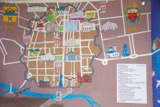 ...sind Stadtplan und Graffitibilder vom Leben der Stadt und der Umgebung