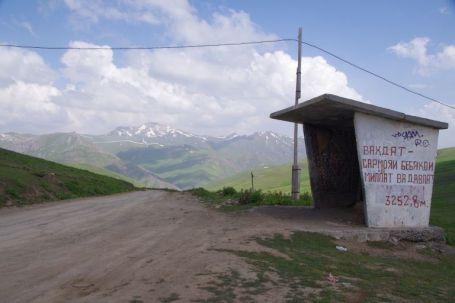 Auf dem Pass - das einsame, wohl welthöchste Buswartehaus