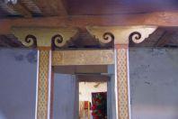 ...Holzschnitzereien mit symolisierten Hörnern.