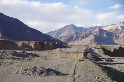 Das Wasser macht auch nicht vor dem Pamir-Highway halt.