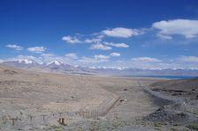 Rückblick auf den Karakul und linker Hand der Grenzzaun zu China