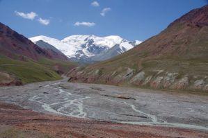 Auf der Pass-Abfahrt nach Kirgistan - der mächtige Peak Lenin (7134 m hoch)....