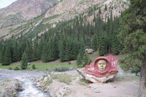 Juri Gagarin - Vereehrung hier links am Fluss...