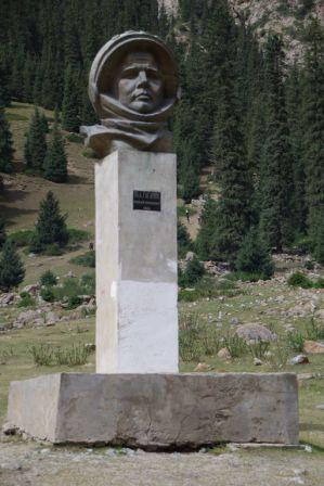 ... und rechts am Berghang noch aus der Sowjetzeit