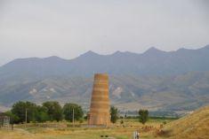 Das 22 m hohe Minarett von Burana...