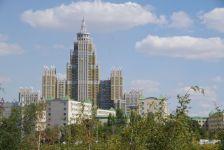 ...und Zuckerbäckerstilbauten, sind einige der vielen Supergebäude in dieser Retortenstadt