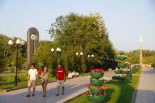 Auf der Insel Polkovinitschij, der Park mit verschiedenen Denkmälern...