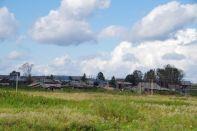 Das sibirische Dorf Kimiltey mit den typischen Holzhäusern
