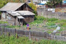 ...einfache Häuser mit Gärten zur Selbstversorgung