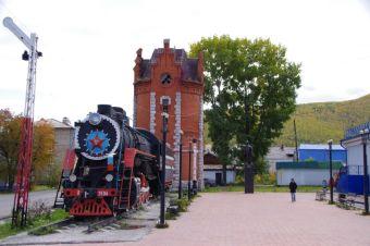 Denkmal in Slyudyanka, die Schnellzuglokomotive von 1954