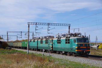 Typisch für die viel befahrende Transsib-Strecke, die schweren Kohle-Güterzüge