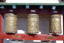 ...ist umgeben mit etlichen Gebetsmühlen