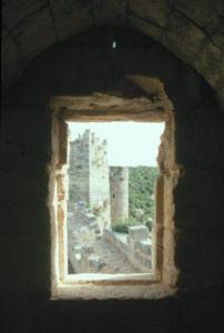 Blick vom Haupthaus auf die Außenmauer