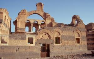 ... eine architektonische Kombination aus Basalt, Kalkstein und Lehmziegeln