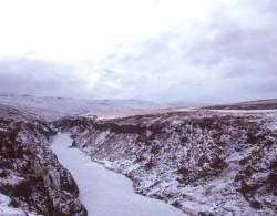 Wildromantisch der zugefrorene Jökulsa