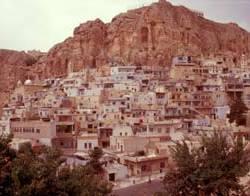 Malerisch liegt der Ort Maaloula in dem noch aramäisch, die Sprache von Jesus ...