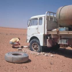 Auf der Strecke nach Bir Allag treffen wir auf diesen Wasser-Lkw